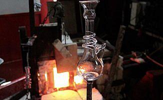 Suriyeli mülteci 2 bin yıllık cam üfleme tekniğiyle ilgi çekiyor