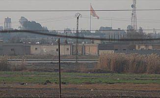Tel Abyad'a terör örgütünün bez parçaları asıldı