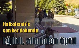 Aksakallı paşa, Şehit Ömer Halisdemir'i yerde görünce....