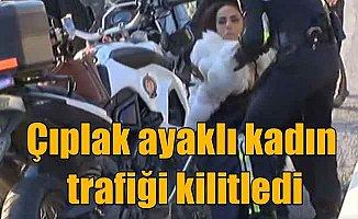 Beyaz kürklü, çıplak ayaklı genç kadın köprüden kendini atacaktı...