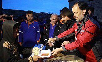 AFAD ve Türk Kızılayından Afrinlilere sıcak yemek ikramı