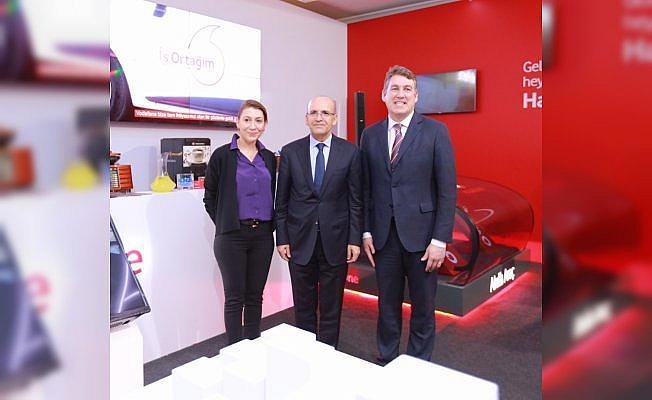 Başbakan Yardımcısı Şimşek Vodafone standını ziyaret etti