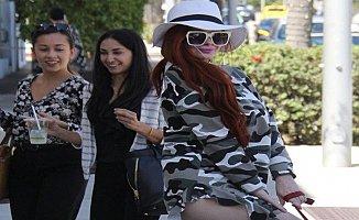 Beverly Hills sokaklarında iç çamaşırı olmadan gezdi