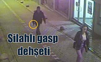 Silahlı gaspçı arkadan sinsice yaklaştı, genç kızı yerde sürükledi