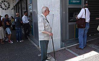 Yunanistan'daki kriz halkı 'sıkmaya' devam ediyor