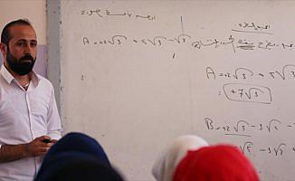 Afrin merkezinde teröristlerin durdurduğu eğitim yeniden başladı