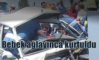 Kaza yapan araçta bebek ağlaması vatandaşları şaşkına çevirdi