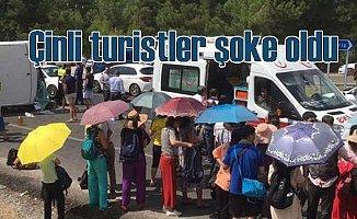 Çinli turistleri taşıyan tur aracında can pazarı