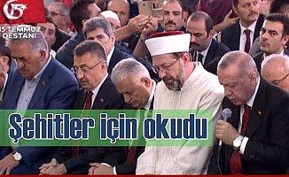 Cumhurbaşkanı Erdoğan 15 Temmuz şehitleri için Kuran okudu