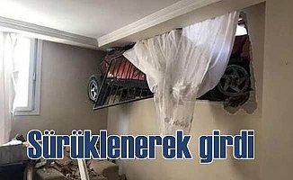 Sürüklenen otomobil evin odasına girdi