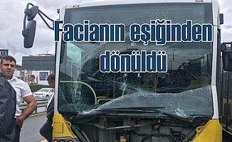 Metrobüsler koç gibi çarpıştı; Yaralı yolcular var