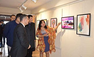"""Kazıbekova'nın """"Cama İşlenen Sanat"""" sergisi açıldı.."""