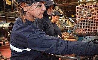 Lastik Hamurunda Kadın Eli | Petlas satış kadınlara emanet