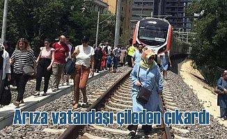 Marmaray arıza yaptı, vatandaşlar raylara çıktı