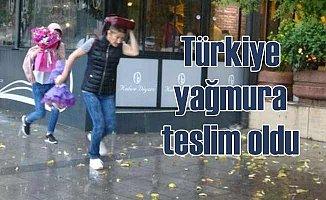 Türkiye sağanak yağmura teslim oldu