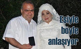 Yeni evli çift Google Translate ile anlaşıyor