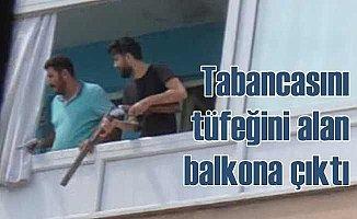 Tabancayı tüfeği alan balkona çıktı