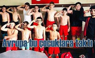 Belçika Türk çocuklarının asker selamına taktı