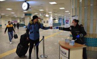 İBB, toplu ulaşımda bir günde 100 bin maske dağıttı