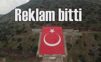Terörist başının resmi yerine dev Türk Bayrağı