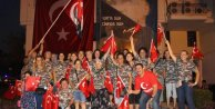 600 metrelik bayraklı, gelin- damatlı Zafer Bayramı kutlaması