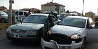 Aksarayda Polisin dur İhtarina Uymadı 2 Otomobile Çarpti