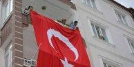 Aksarayda Şehit Polis memurunun evine dev Türk bayrağı asıldı