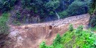 Ardeşen'de sağanak yağmurun neden olduğu sel, köprüleri yıktı, yollarda çökmelere neden oldu