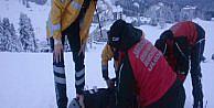 Ayağını kıran kayakçı böyle taşındı