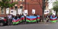Azeriler Londradaki Ermenistan elçiliği önünde gösteri düzenledi