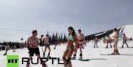 Bikinili kadın kayakçılar Sibirya soğuğunda kayak ve snowboard rekoru kırdılar