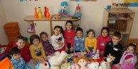 Bu kumbara köy çocukları için oyuncak topluyor
