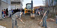 Cizrede mahallelere kazılan hendekler kapatılmaya başlandı