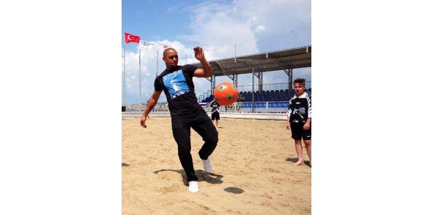 Çocuk Futbol Turnuvası kupasını Roberto Carlos verdi