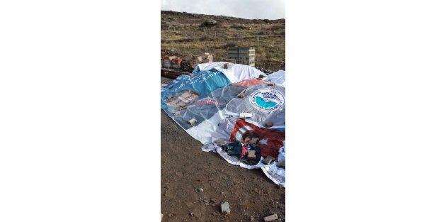 Davutoğlunun bayraklı posteri, kum yığınına branda olmuş