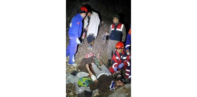 Doğa yürüyüşünde kayalıklardan düşen 2 genç kurtarıldı