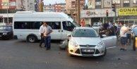 Freni boşalan minibüs, kırmızı ışıkta bekleyen araçlara çarptı