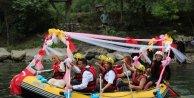 Gelin ve damattan rafting botuyla düğün konvoyu