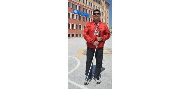 Görme engelli beden eğitimi öğretmeni