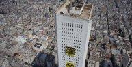 Greenpeace üyeleri gökdelene 'Nükleer pahalıya patlar' pankartı astı