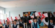 Hakkaride öğrencilere tablet dağıtımına başlandı