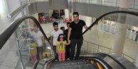 Hakkari'nin ilk yürüyen merdiveni çocukların eğlencesi oldu