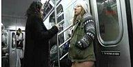 İç çamaşırlarıyla metroya bindiler