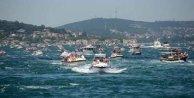İstanbul Boğaz'ında petrol gemilerine tekneler meydan okudu