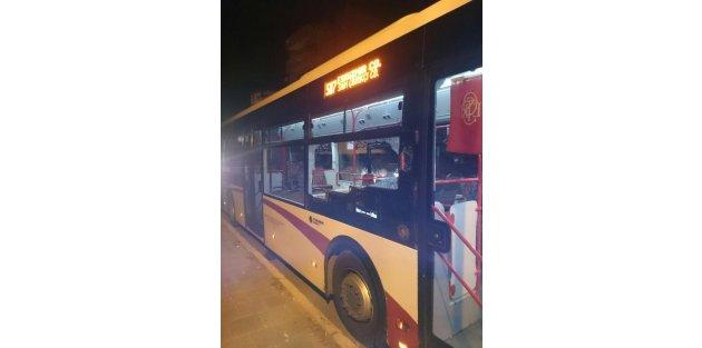 İzmir'de bir kişi belediye otobüsünü taşladı