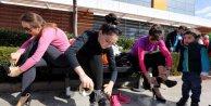 Kadınlar topuklu ayakkabıyla birincilik için koştu