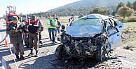 Kamyonetle Otomobil Çarpişti: 2 Ölü, 3 Yaralı