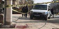 Karısının yanından geçen adamı bıçakladı