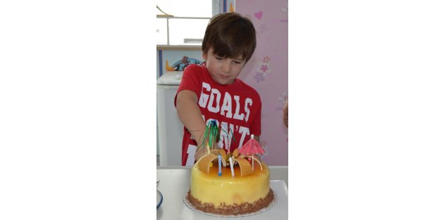 Lösemiyi yenmesini pasta keserek kutladı
