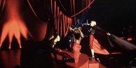 Madonna sahneden düştü